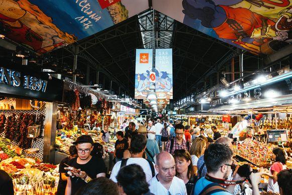 Toeristen in de beroemde Boqueria-markt.