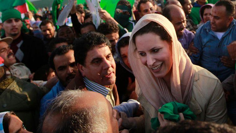 Aisha Kaddafi in maart 2011 tussen aanhangers van haar vader. Beeld AP