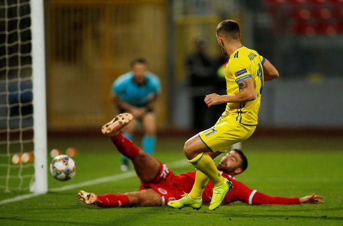 Avdijaj maakt zijn eerste en de derde goal voor Kosovo.