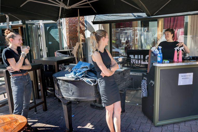 Medewerkers van Café Miles krijgen uitleg over de regels en maatregelen. Beeld Werry Crone