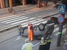 Auto slaat over de kop op West-Kruiskade