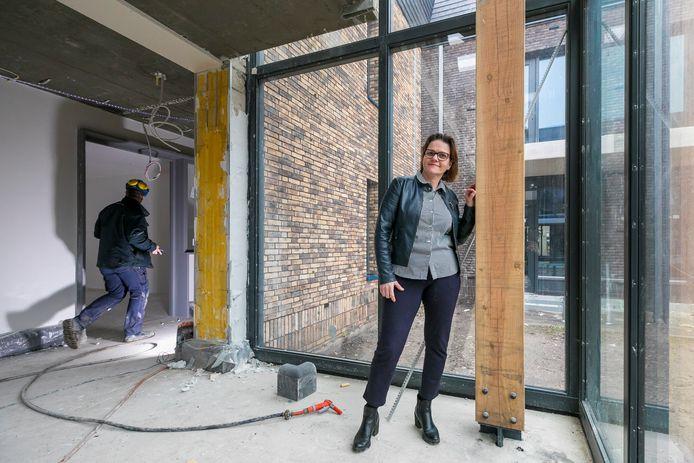 Sociaal ondernemer Monique Kolmans in het nieuwe woonzorgcomplex De Vossenberg, waar komende maanden nog volop gewerkt wordt voordat de bewoners erin kunnen.