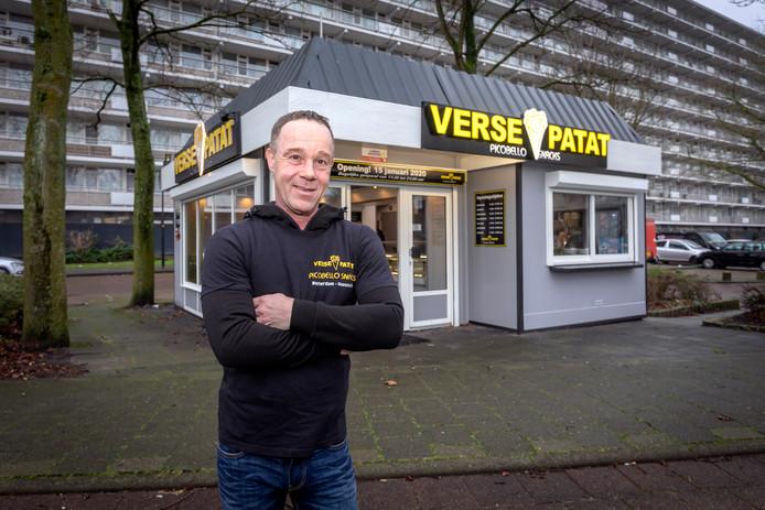 Henk van der Slot bij de nieuwe locatie van zijn snackbar Picobellosnacks in Maassluis .