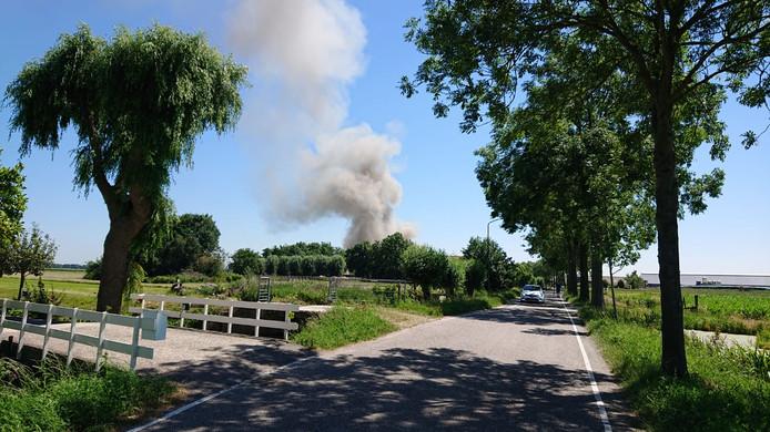 In de wijde omtrek is de rook van de brand in Linschoten goed te zien.