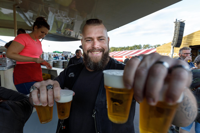 Gerrit uit Steenwijk haalt bier tijdens Dicky Woodstock Popfestival (tot en met zaterdag) in Steenwijkerwold. Hij vindt het plan voor maximaal twee bier onzin.