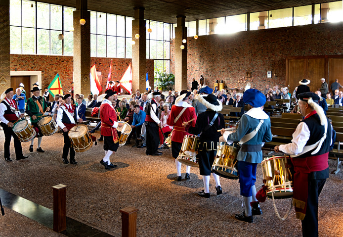 Gezamenlijke Laarbeekse gildes in kerk Lieshout