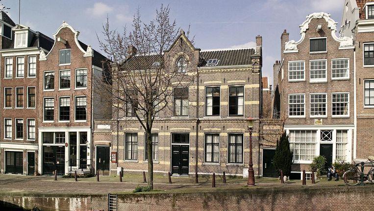 Het atelierpand ligt met een kleine ingang (links van de boom) aan de Lauriergracht. Beeld het atelier