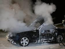 Auto vliegt in brand tijdens rijden in Den Bosch, inzittenden ongedeerd