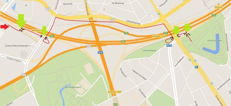 De 'nieuwe' route van 1,9 km waar de Stad Antwerpen naartoe wil met het Ringfietspad. De groene pijlen geven aan waar de stad een fietstunnel of -brug wil bouwen.