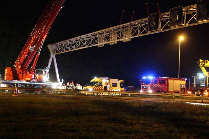De auto kwam tot stilstand tegen een hijskraan op de A1 bij Rijssen.