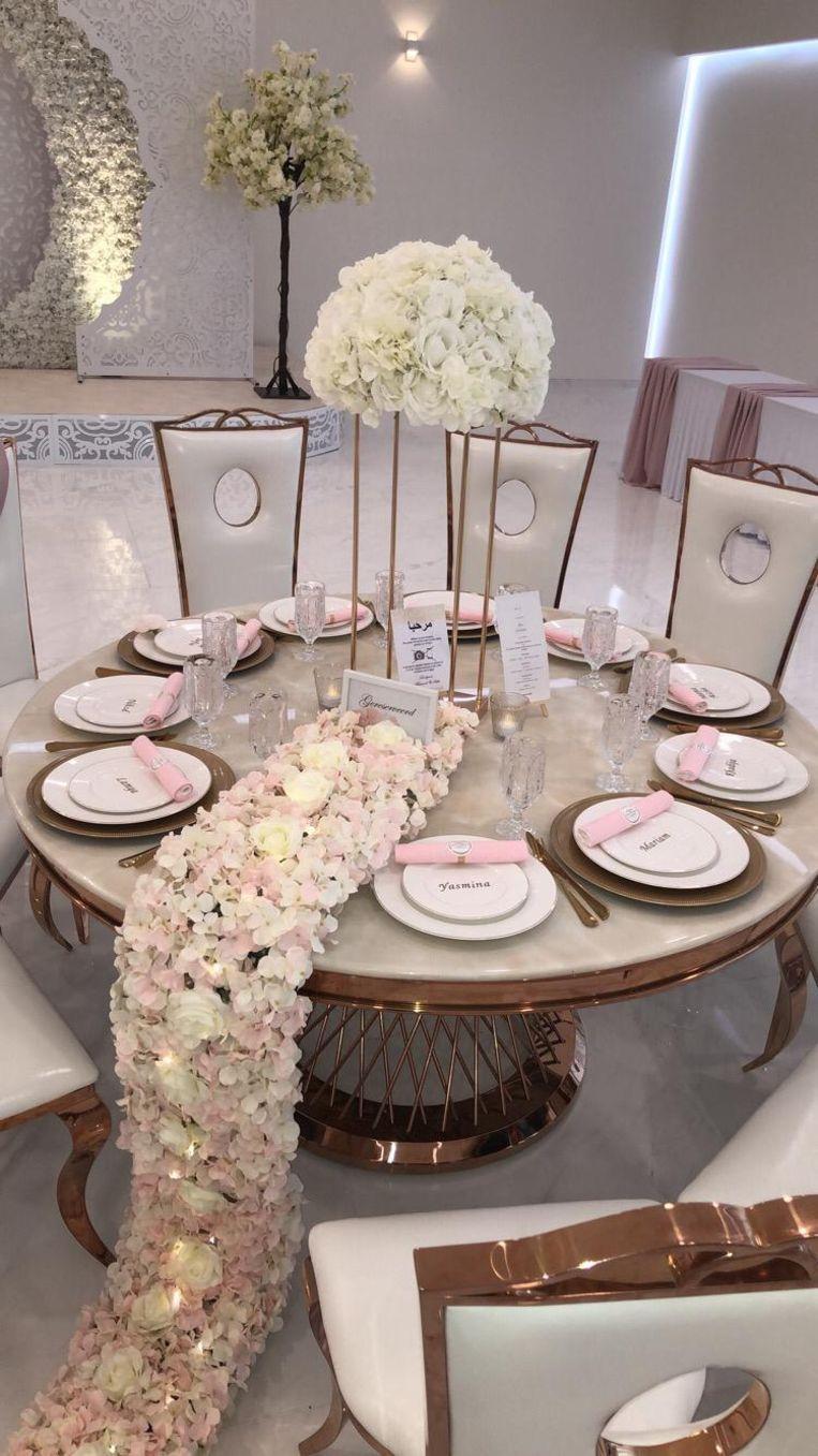 Een close-up van één van de feesttafels in zaal Nisrine.