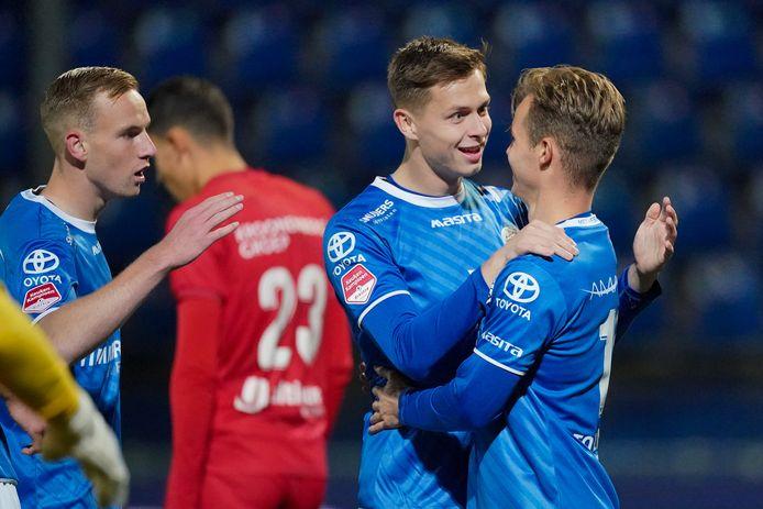 Ringo Meerveld (17) en Rik Mulders (rechts, 20) vieren de gelijkmaker van FC Den Bosch. Links deelt Romano Postema (18), Groninger in Bossche dienst, ook in de feestvreugde.