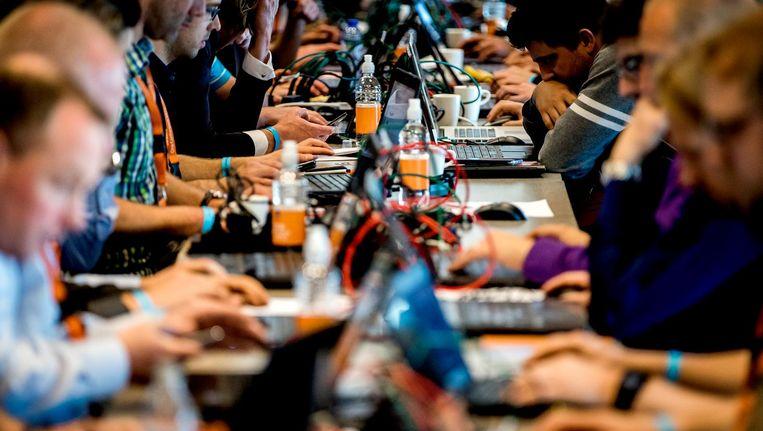 Deelnemers in actie tijdens het hackevenement Capture the Flag op de tweede dag van de internationale cybersecurity conferentie One Conference in het World Forum Den Haag. Beeld anp