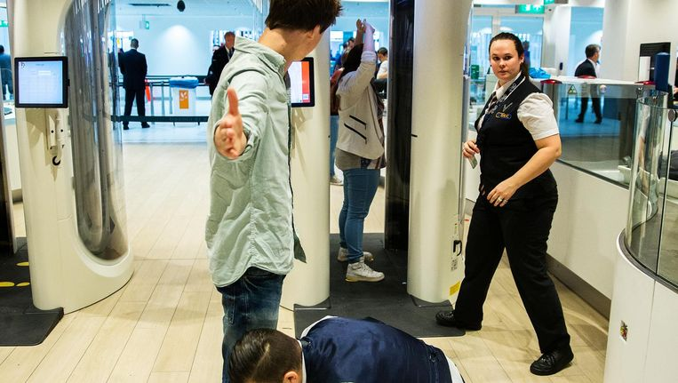 Vertrekcontrole op Schiphol. Straks controleren ook Amerikanen hier paspoorten Beeld ANP
