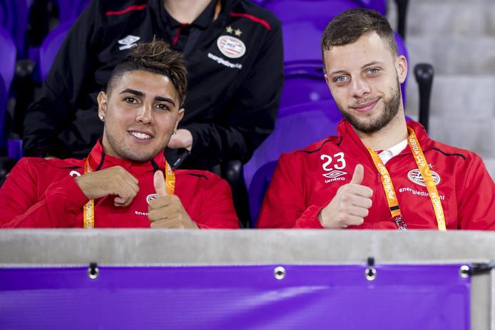 Maxi Romero en Bart Ramselaar op de tribune bij PSV-Corinthians (1-1).