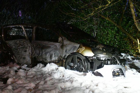 De gecrashte wagen vatte na het ongeval vuur en brandde volledig uit.