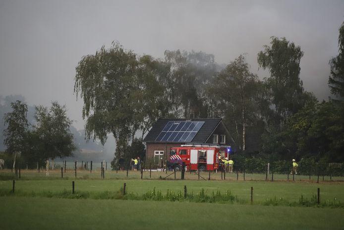 De brandweer blust in Vortum-Mullem een schuur waarin de bliksem insloeg.