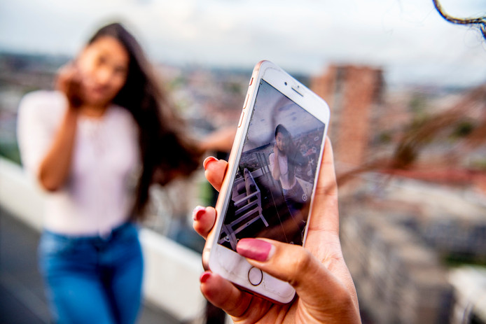 Een foto is zo gemaakt met een mobieltje. Als trotse ouder deel je die mooie foto van je dochter graag op sociale media, maar wil zij dat ook? Houd rekening met de privacy van je kind en vraag eerst of je een foto op Facebook of Instagram mag zetten.