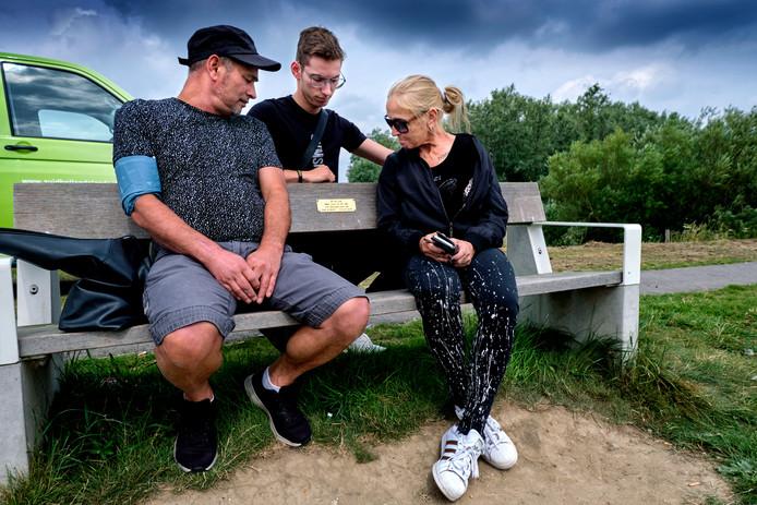 Het bankje op de dijk heeft een bijzondere betekenis gekregen voor de familie Schouten.