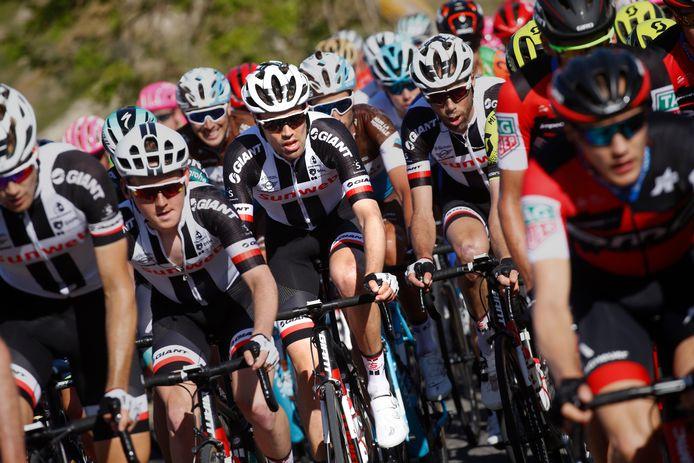 Tom Dumoulin omringd door zijn teamgenoten in de etappe van gisteren.
