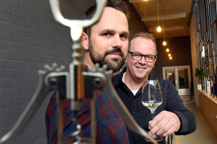 Wijnhandelaren Remmer Meijer (links) en Bernard Tesink organiseren komend weekend in Woerden samen wijnHALL: een groot wijnevenement met proeverijen en masterclasses.