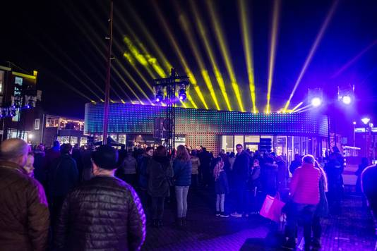 Een voorproefje, met lichtshow, van het lichtkunstwerk bij het paviljoen op het Plein in Vlijmen.