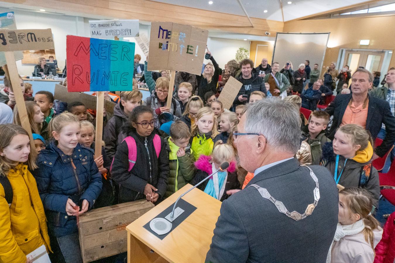 Met een lawaaioptocht vroegen leerlingen en docenten van de Theo Thijssenschool in Zierikzee vorig jaar aandacht voor het ruimtetekort in hun school tijdens een vergadering van de raad