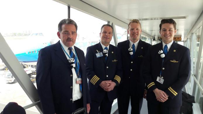 Dierensteward Cor Fafiani en piloot Niels van den Berg en copiloten.