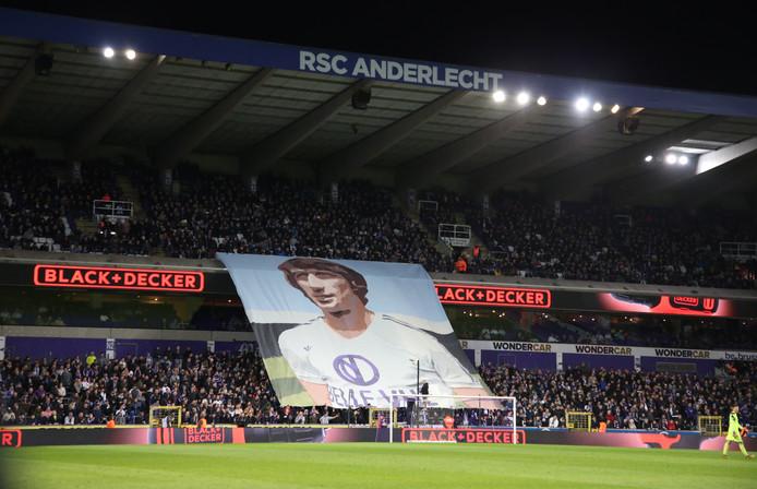 Fans van Anderlecht eren Rob Rensenbrink.