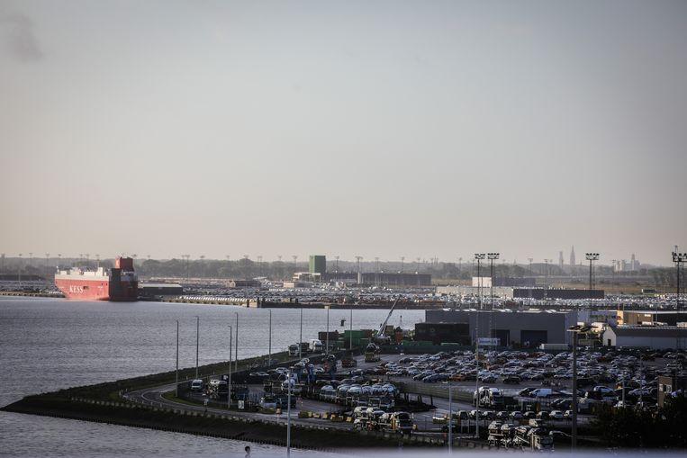 De haven van Zeebrugge: speurders vermoeden dat de oplegger, een koelwagen, van hieruit het Engelse Purfleet is binnengekomen.