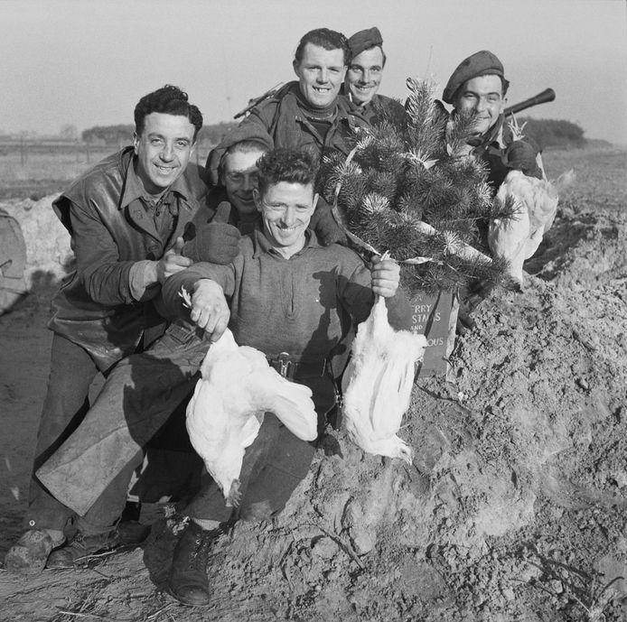 Soldaten terug van kippenjacht.