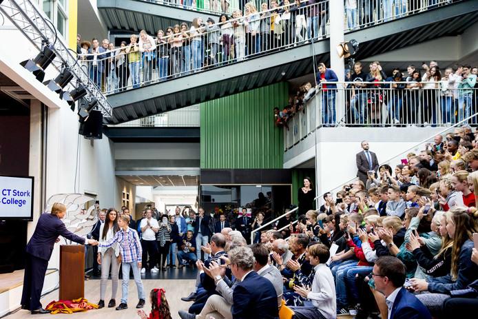 Koning Willem-Alexander komt aan bij het C.T. Stork College. Veel publiek had zich hier verzameld om de koning te begroeten.