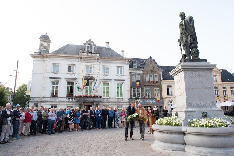 Het stadsbestuur legt bloemen neer voor het standbeeld van graaf van Egmont.