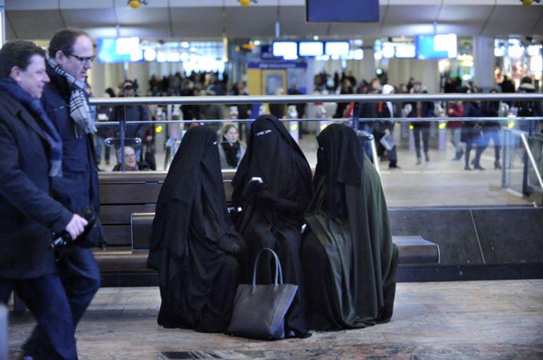 Drie volledig gesluierde vrouwen op het Centraal Station in Rotterdam. Beeld HH