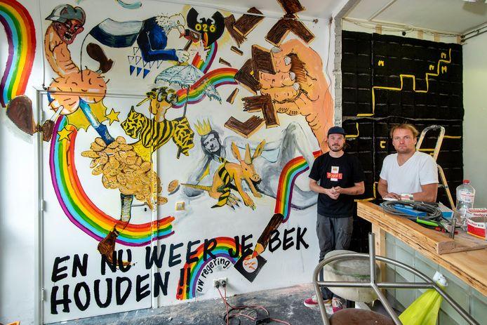 Jochem de Wit en Rob Tekamp van Bosch bij de nieuwe muurschildering, een verwijzing naar de krakershistorie van het pand aan de Apeldoornsestraat in Arnhem.