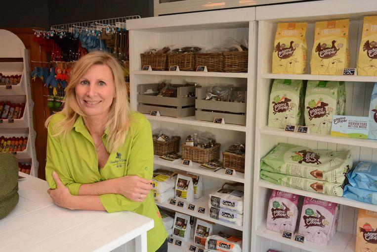 Barbara Kokken in haar nieuwe zaak op de Spoorweglaan waar de klanten met hun huisdier langs kunnen gaan.