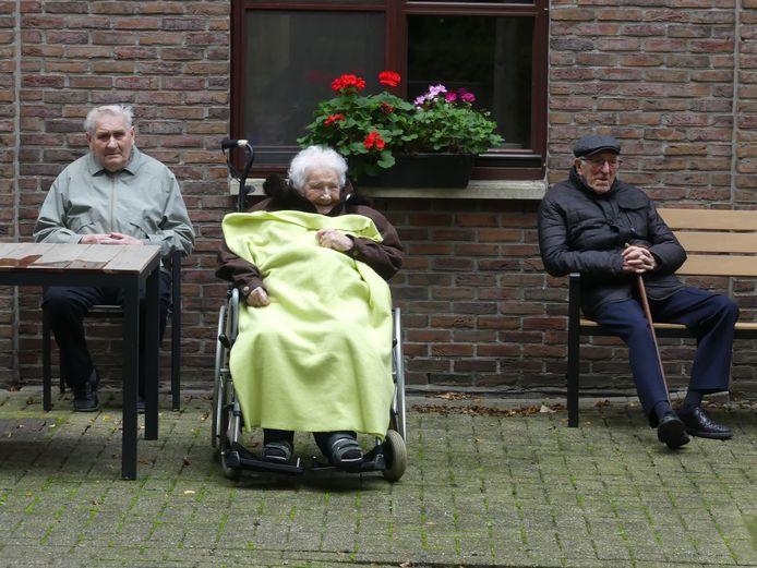 De senioren genieten zichtbaar van de show.