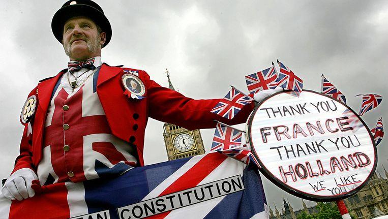 Britse actievoerder dankt Franse en Nederlandse Nee-stemmers voor het verwerpen van de EU-Grondwet, 6 juni 2005. Beeld afp