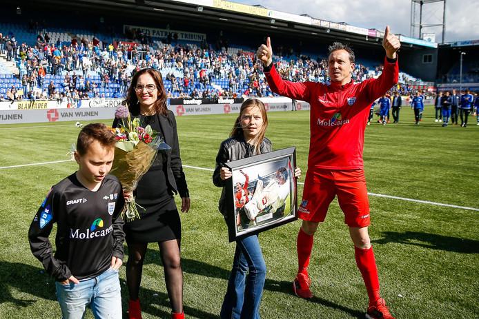 """Foto 1: Diederik Boer maakt na de 2-4 nederlaag in zijn afscheidswedstrijd met zijn gezin een ereronde langs het Zwolse publiek: ,,Mijn carrière wordt gelukkig niet bepaald door één wedstrijd."""""""