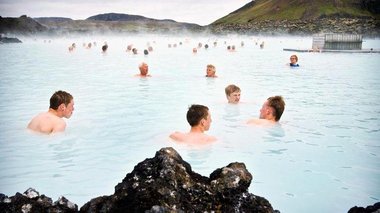 Badgasten bij de Blue Lagoon in de buurt van Reykjavik, IJsland. Beeld null