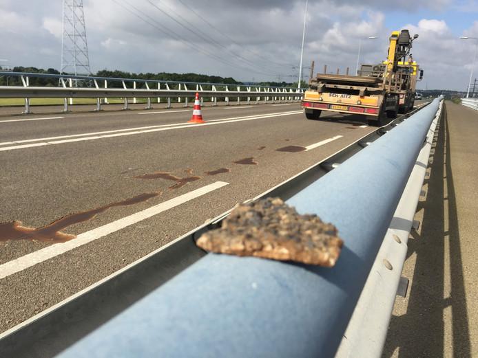 Het asfalt op de Vlakebrug is beschadigd.
