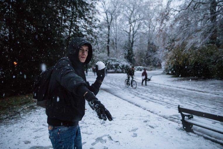 Klaar voor een sneeuwballengevecht in het Citadelpark.