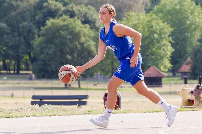 """Marell Glaubitz uit Rijssen dribbelt met de bal. """"Doordat ik in een jongenscompetitie heb gespeeld, ben ik wat fysieker dan andere meiden."""""""