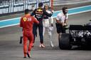 Max Verstappen feliciteert Lewis Hamilton na diens zege op het Yas Marina Circuit van Abu Dhabi.