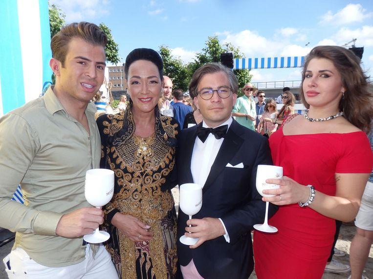 Chiel Harten (Out TV), prinses Donna Metzelaar Tjokrodipoero, François-Léon van der Velden (Dutch Global Media) en Sofia Katalova, de p.a. van Harten Beeld Schuim