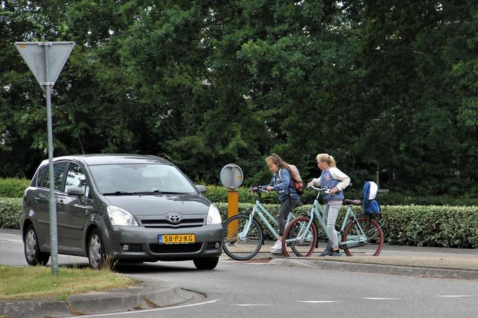 Auto's op de rotondes in Dalfsen hebben nu voorrang ten opzichte van fietsers. De gemeente overweegt echter de voorrangssituatie te veranderen.
