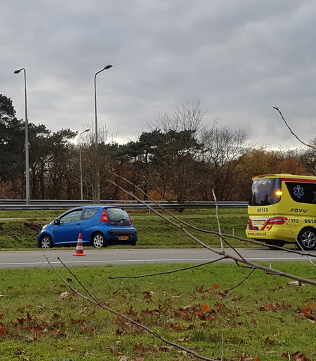 Auto raakt van de weg, bestuurster gewond