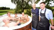 Koppels genieten buiten in de Finse hot tub