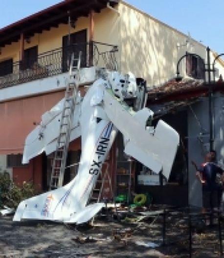 Un pilote de 19 ans survit après le crash d'un avion sur une maison en Grèce