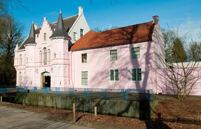 Het Roze Kasteel en het kasteel in vroeger tijden, zoals afgebeeld op een ansichtkaart (boven).